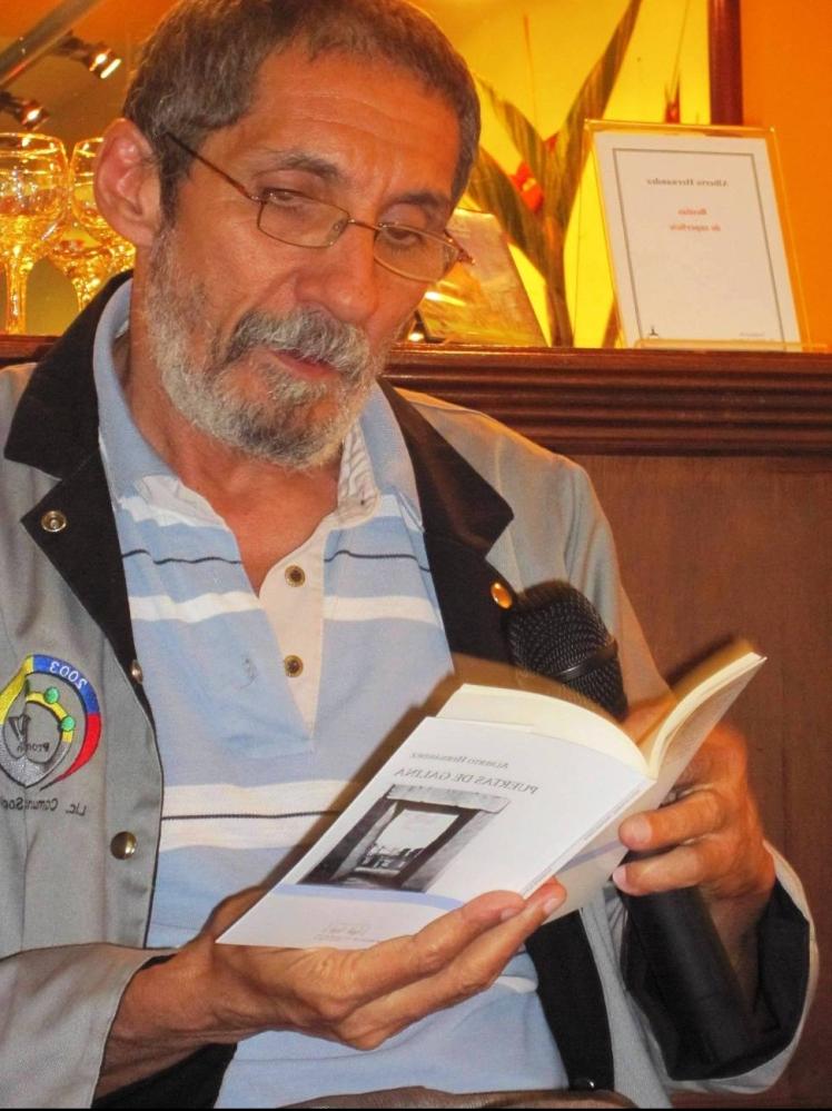 Alberto Hernández lee Puertas de Galina